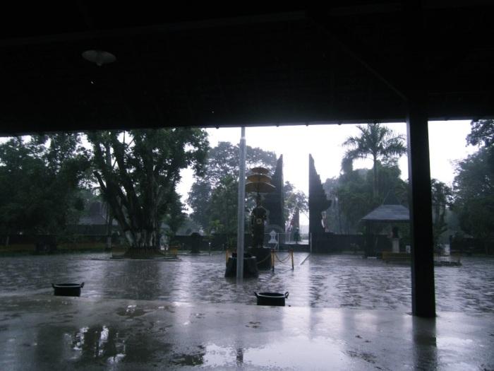 .. hujan di Trowulan ..
